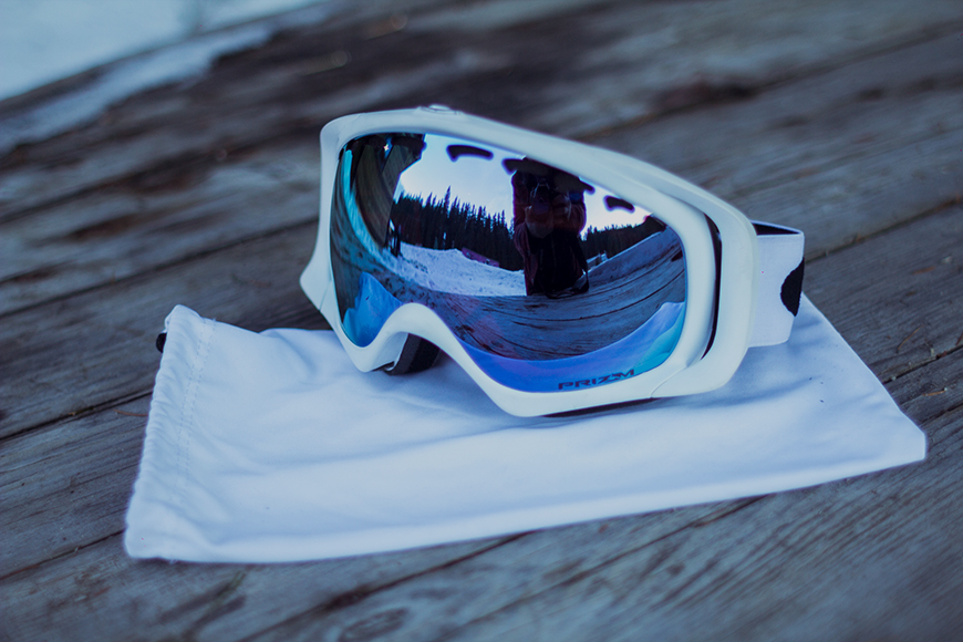 Oakley ski goggles with PRIZM technology and a bag for safe storage