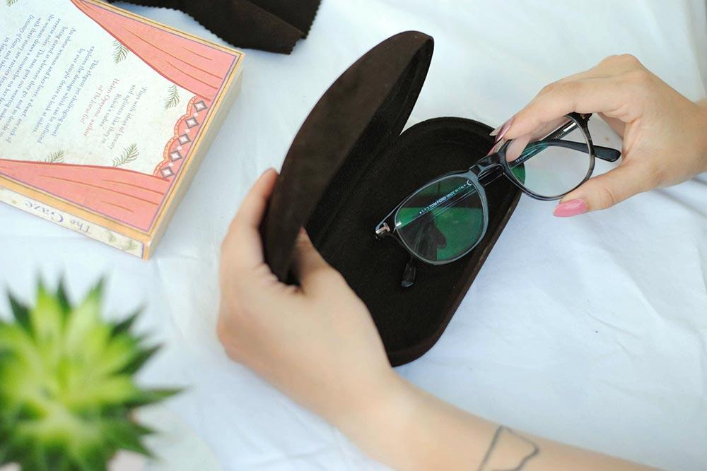 Chráňte svoje okuliare pred poškodením v pevnom puzdre